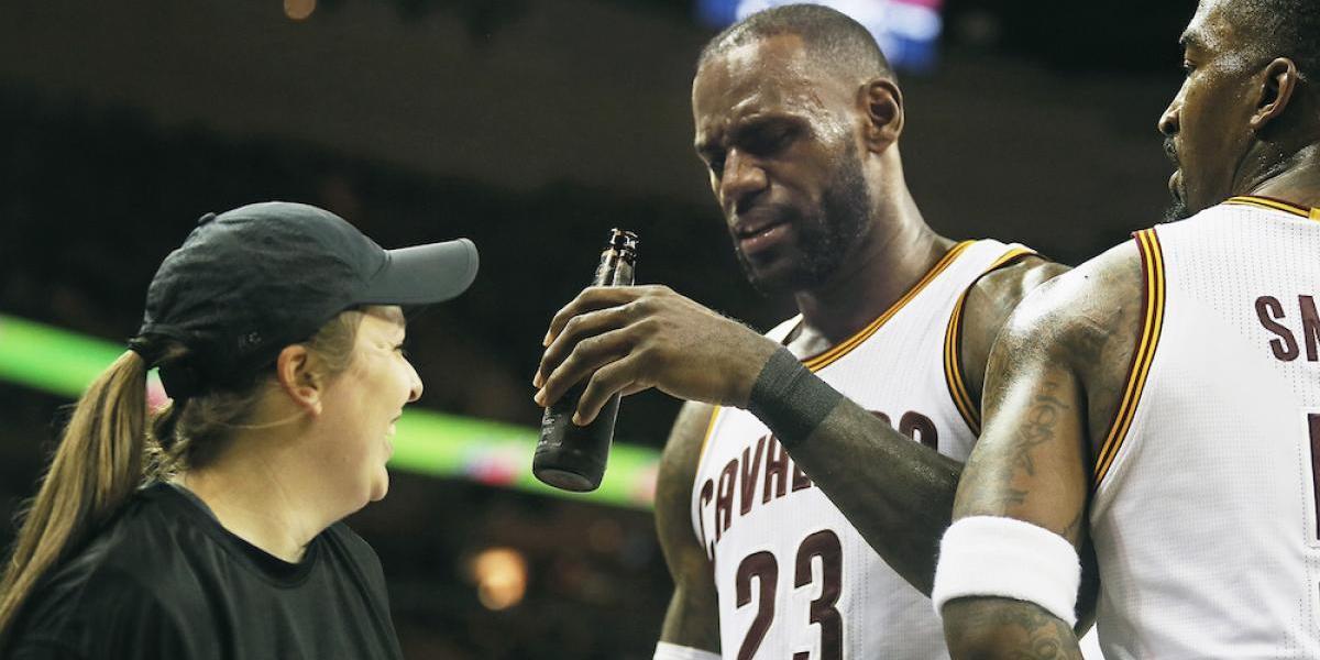 LeBron James se mete en lío con cervecera por amagar con dar un trago
