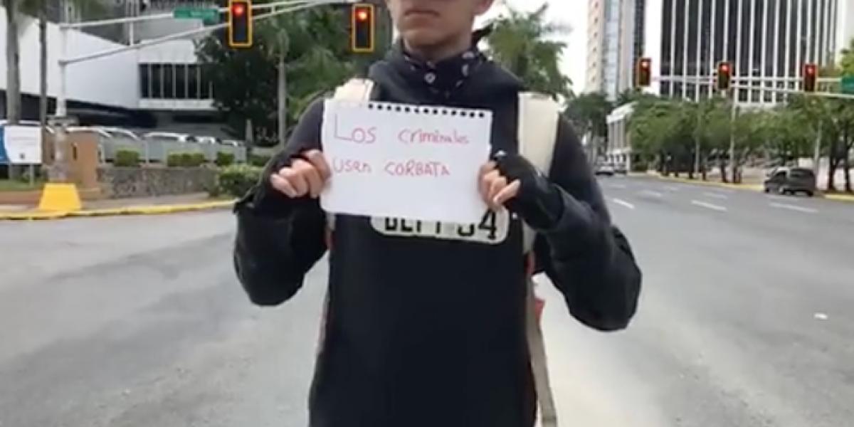 Joven protesta frente a Popular Center en Hato Rey