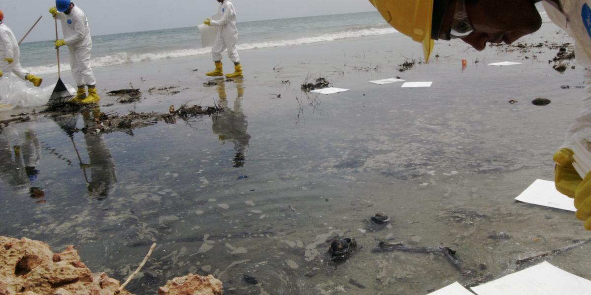Barcaza derrama miles de galones de aceite en Ceiba