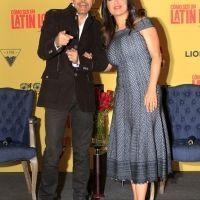 Salma Hayek y Eugenio Derbez en el Metropólitan, se toman selfies y firman autógrafos a sus seguidores | Foto: Notimex.