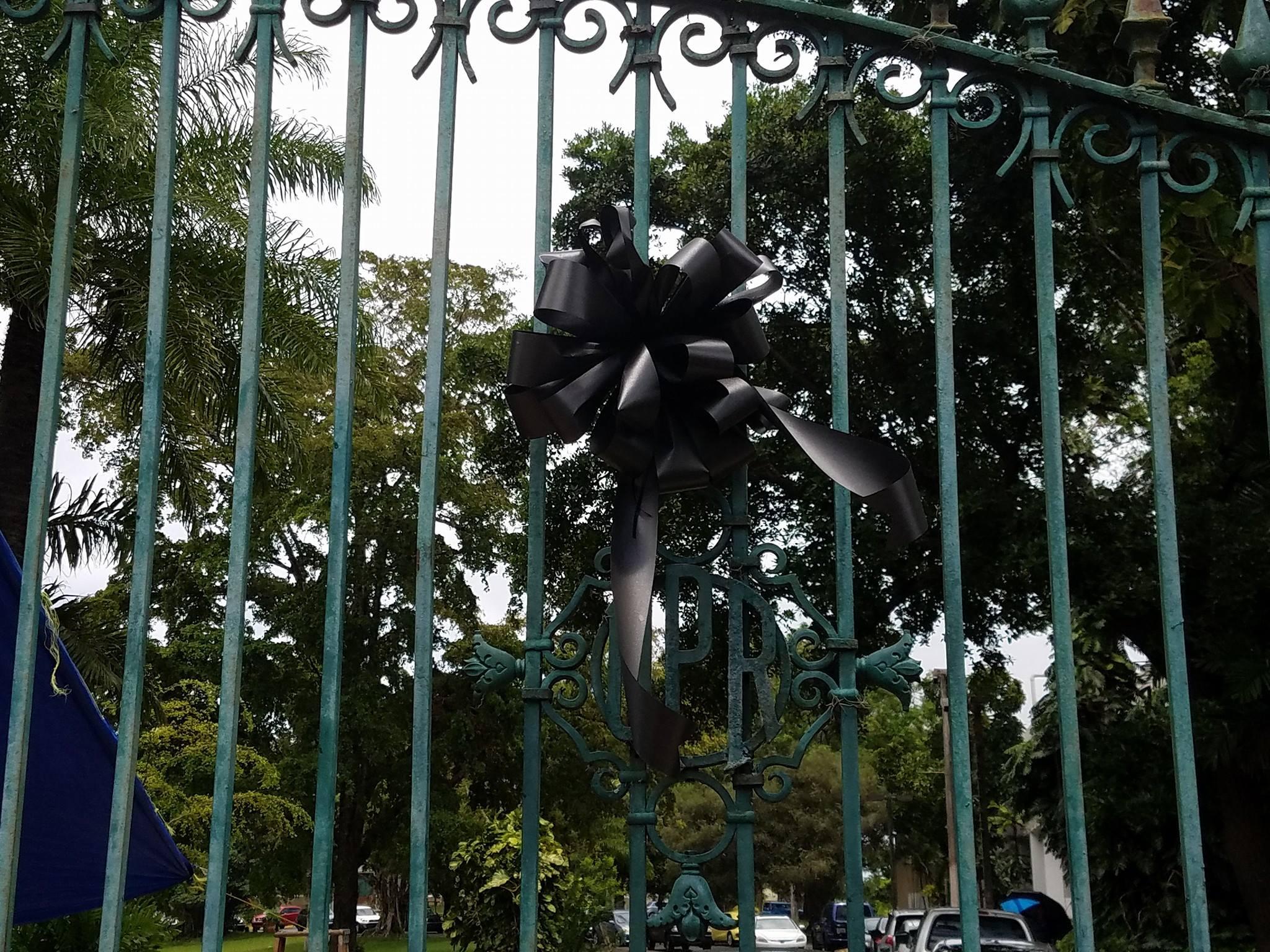 Los estudiantes colocaron un lazo negro en el portón principal del recinto riopedrense, en señal de luto ante la muerte de Gabriel Rivera Rivera. Fotos: Facebook / Centro de Comunicación Estudiantil