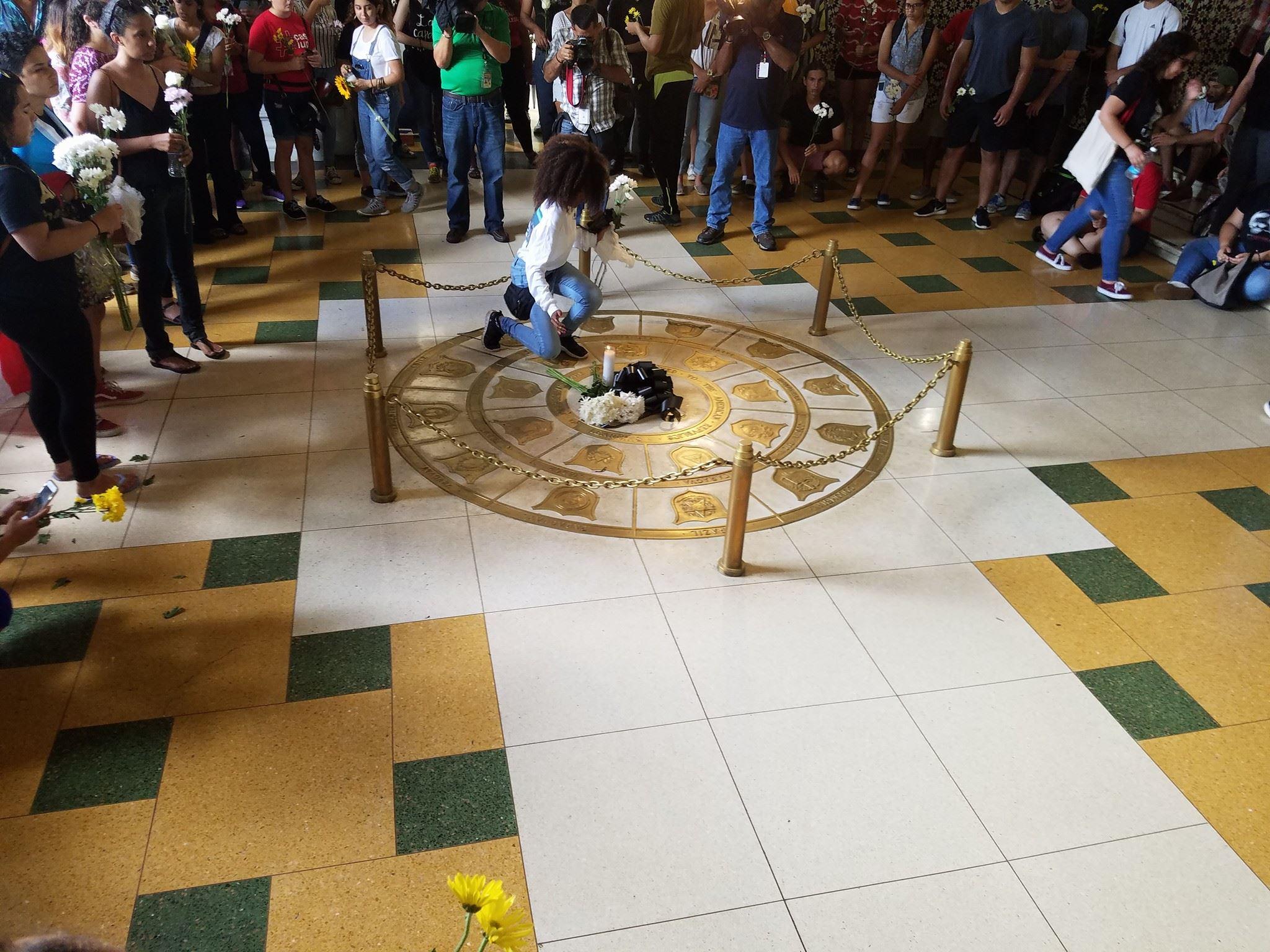 Ayer, estudiantes del Recinto de Río Piedras de la UPR llevaron a cabo un emotivo acto en honor a Gabriel Rivera Rivera. Fotos: Facebook / Centro de Comunicación Estudiantil