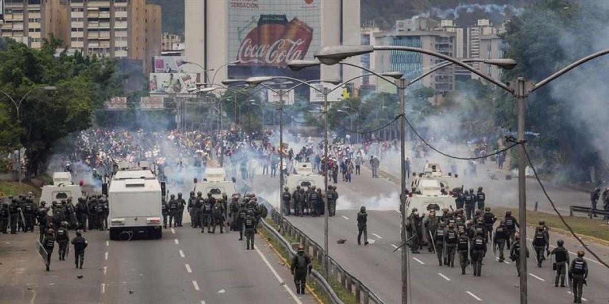 Dispersan con gas lacrimógeno manifestación opositora en Caracas