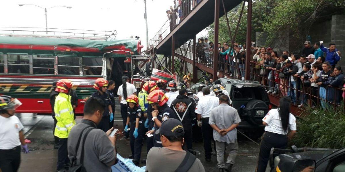 Accidente de autobús deja un fallecido y al menos siete heridos en ruta al Pacífico