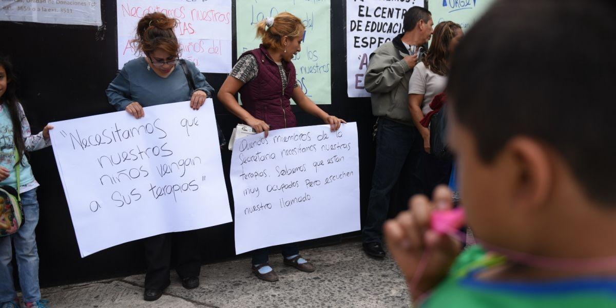 Padres de niños con capacidades especiales piden les devuelvan atención en Centro Alida España