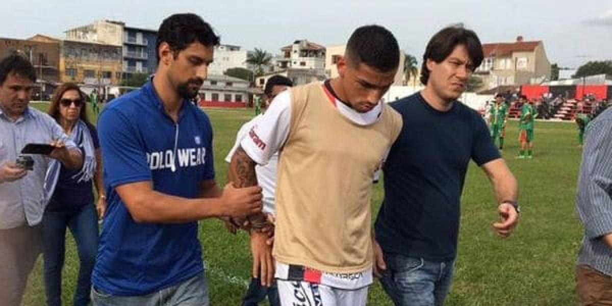 VIDEO. Arrestan a futbolista en medio de un partido por grave acusación