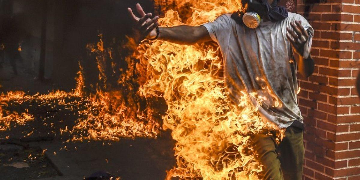 Un joven envuelto en llamas y otro aplastado por una tanqueta: las imágenes de uno de los días más duros de la represión en Venezuela