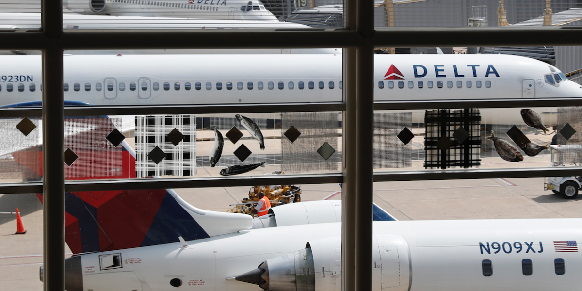 Familia es expulsada de avión de Delta