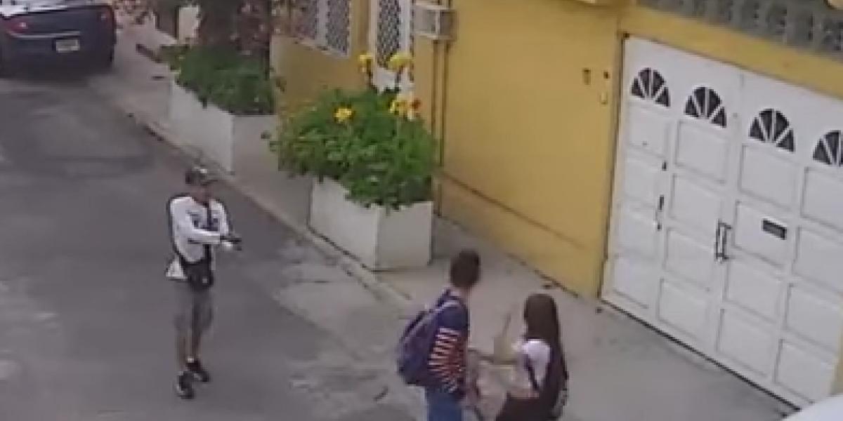 VIDEO: Asaltan a pareja a plena luz del día en San Juan de Aragón