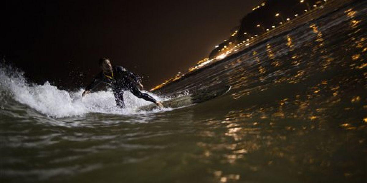 EN IMÁGENES. Surfistas nocturnos corren olas en playa de Lima