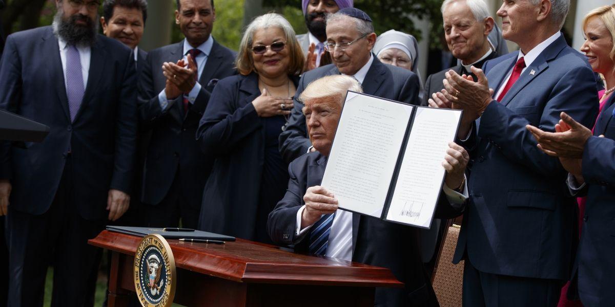 Trump relaja los límites a la actividad política de grupos religiosos
