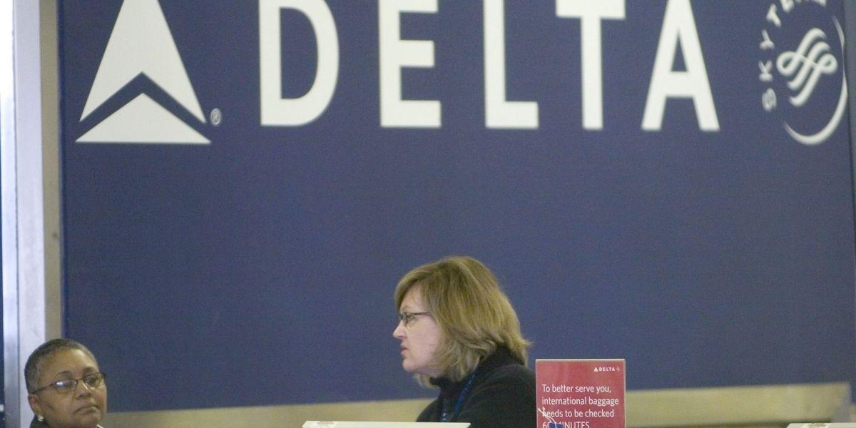 Delta se disculpa e indemniza a familia que expulsó de un vuelo