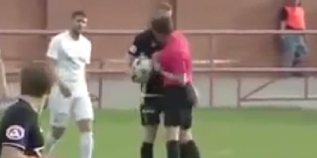 VIDEO: Árbitro golpea a jugador y después lo expulsa