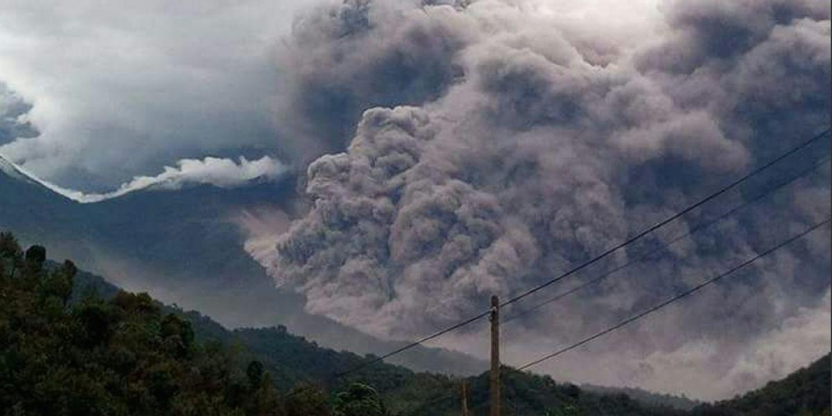 Evacúan y suspenden clases por erupción de un volcán en Guatemala