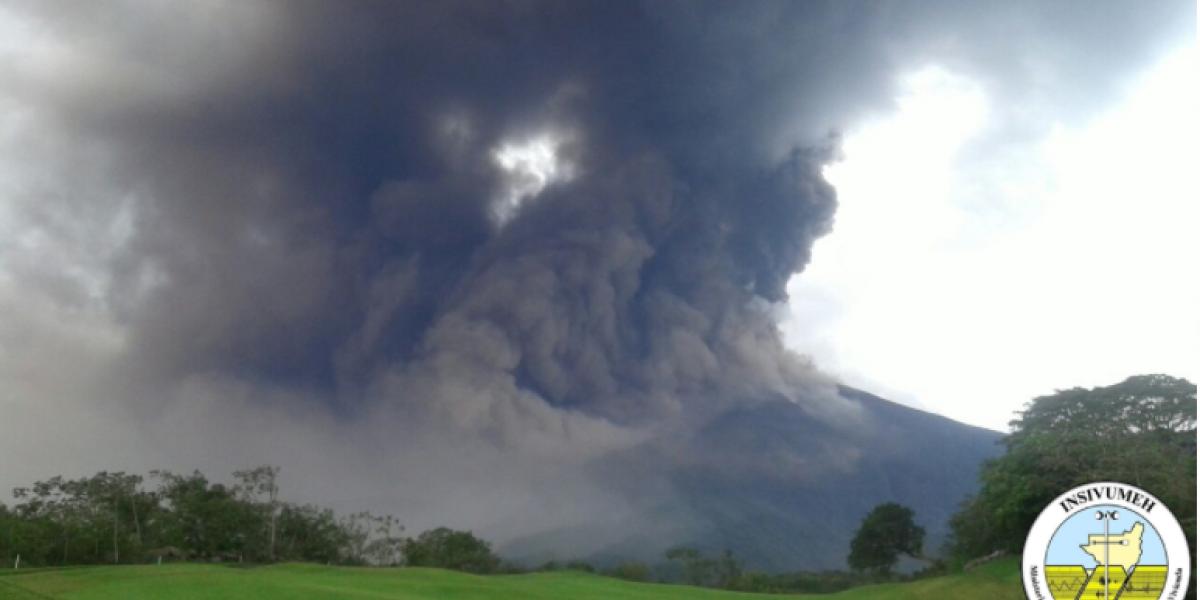 Autoridades en alerta por caída de ceniza en comunidades cercanas al volcán de Fuego