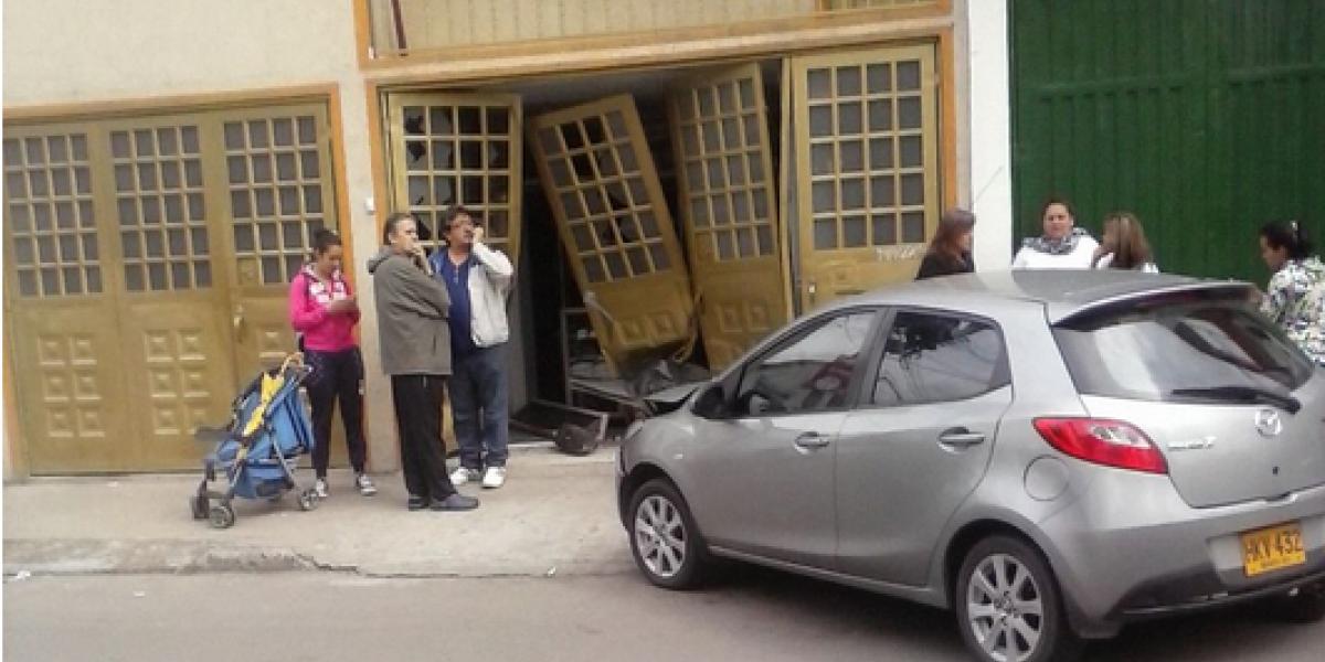 ¡Atención! Carro chocó contra una casa al occidente de la ciudad
