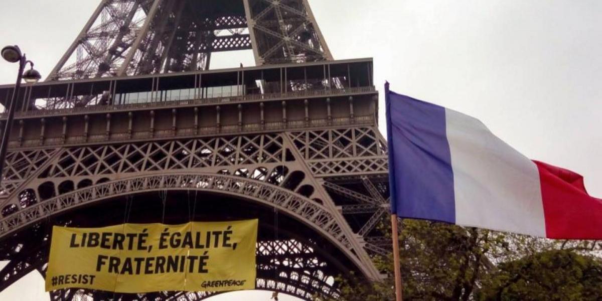 Activistas de Greenpeace cuelgan una pancarta en la Torre Eiffel contra Le Pen y la ultra derecha