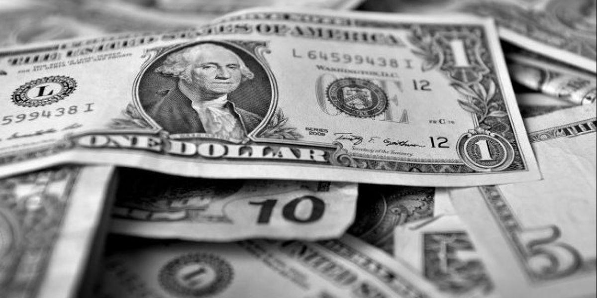 Dólar cae casi $4 pero cierra la semana sobre la barrera de los $670