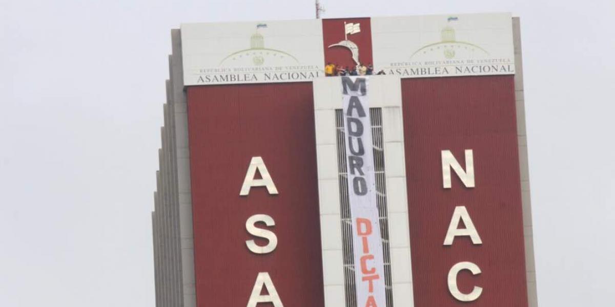 """""""Maduro dictador"""":  diputados opositores cuelgan impactante lienzo en el centro de Caracas"""