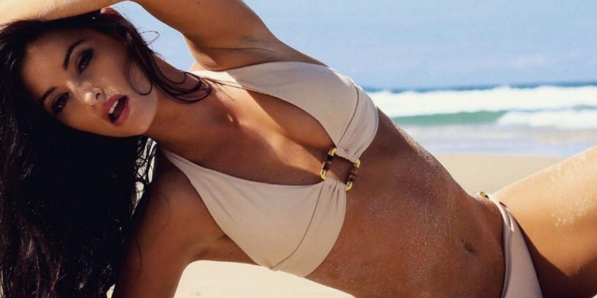 Modelo de Playboy causa indignación al desnudarse en lugar sagrado