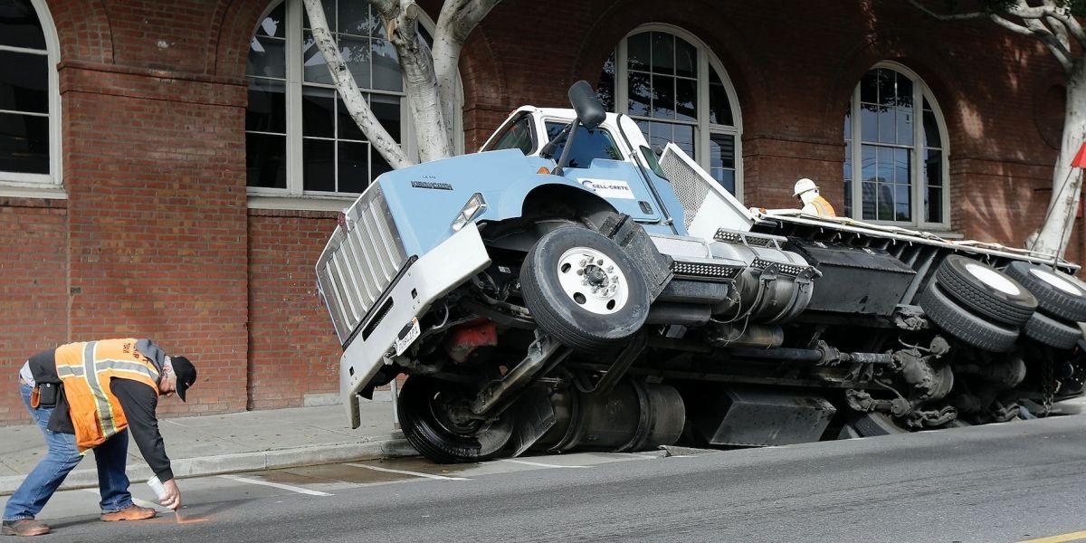 Camión se hunde en socavón en San Francisco
