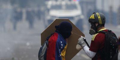 Mujeres en Venezuela vestidas de blanco marchan contra el gobierno de Maduro