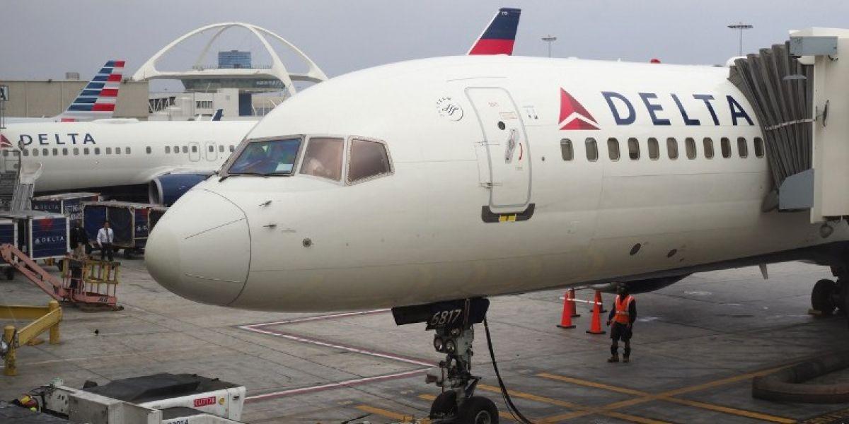 Aerolínea expulsa de un vuelo a familia que se negó a ceder el asiento de su hijo pequeño