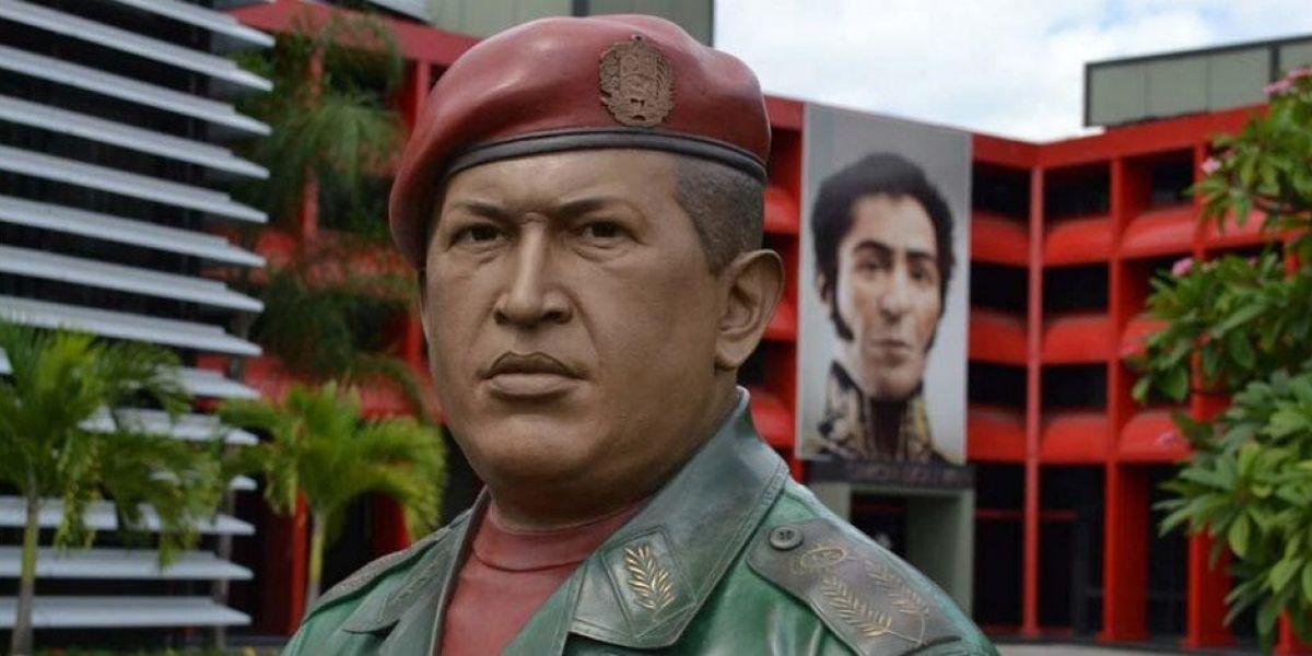 Destruyen estatua de Hugo Chávez en medio de protestas contra Maduro