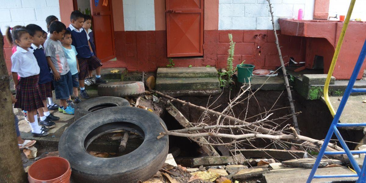 VIDEO. Se abre un enorme agujero en una escuela de Retalhuleu