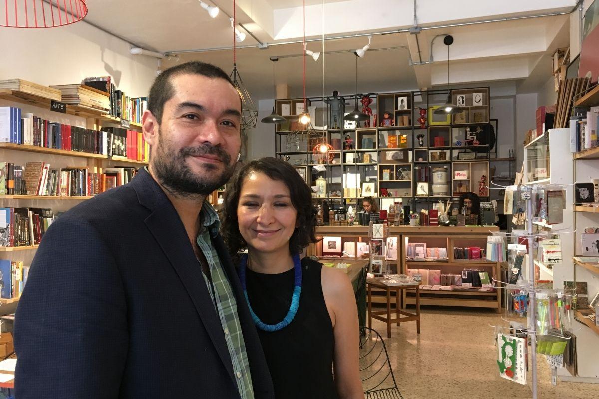 Selva Hernández y Alejandro Magallanes, dueños de la librería. | Foto: Oscar Santillán