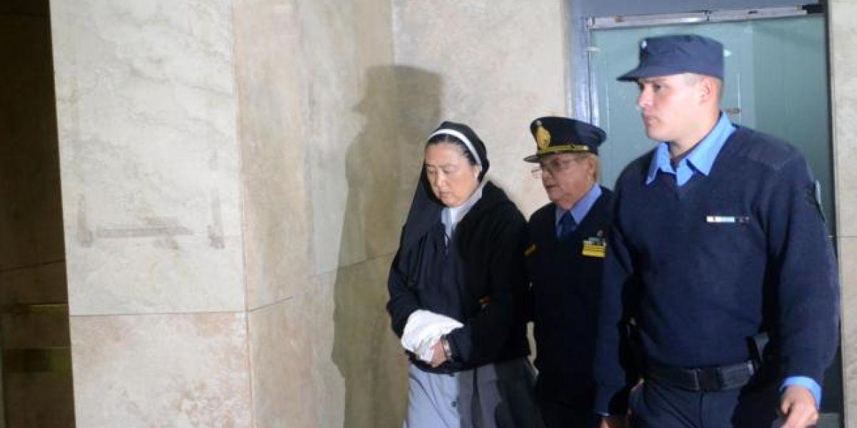 """¿El demonio hecho monja? Detienen a religiosa por """"entregar"""" niños sordos a curas violadores"""