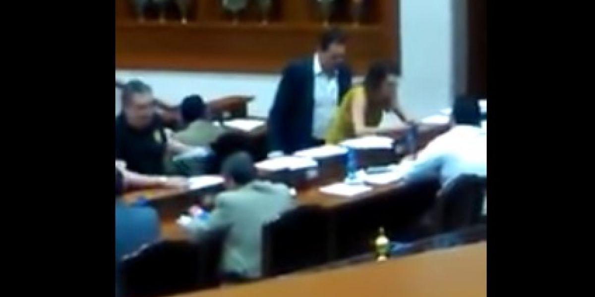 """VIDEO: Legislador da """"arrimón"""" a diputada y después se disculpa"""