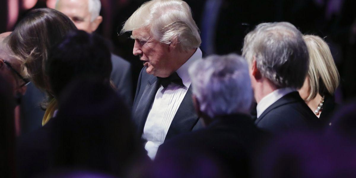 Trump firma plan de presupuesto de un billón de dólares