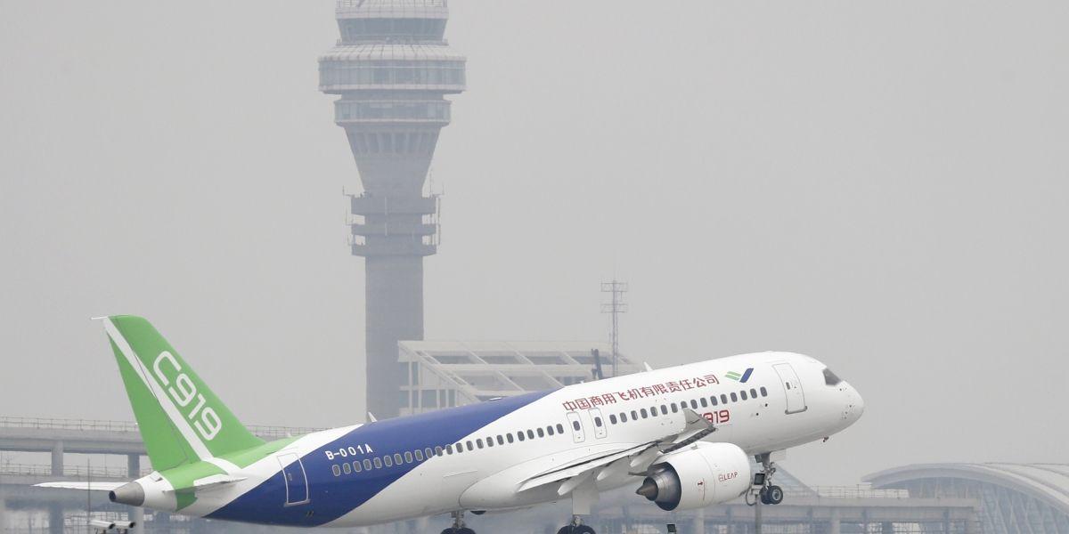 China estrena avión de pasajeros de fabricación propia