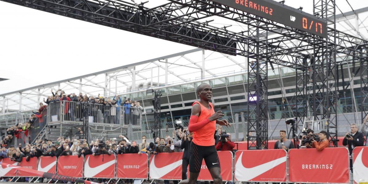 Atleta se queda a 26 segundos de correr maratón en menos de dos horas
