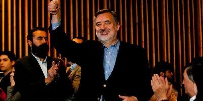 Partido comunista proclama a Alejandro Guillier como su candidato presidencial