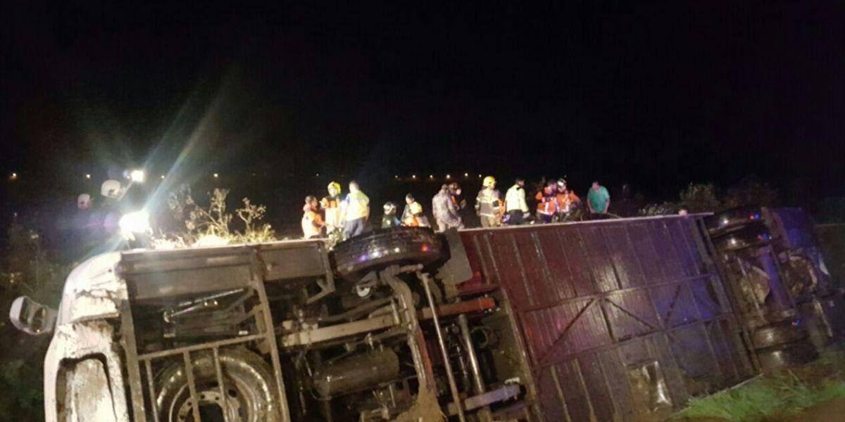 Bus con 42 pasajeros se volcó en cercanías de San Vicente de Tagua Tagua