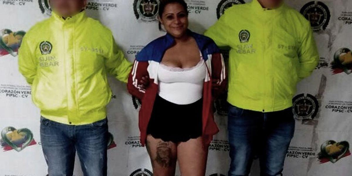 Mujer que escapó de la cárcel fue capturada y posó para la foto policial