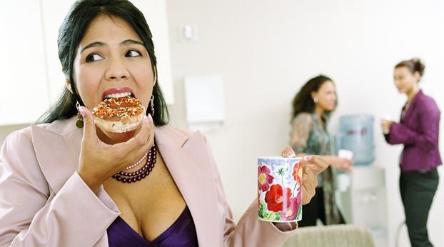 Comida chatarra, café y tabaco matan 39% de productividad
