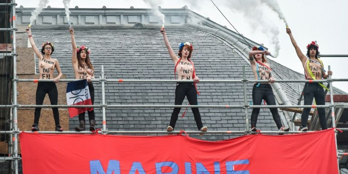 Activistas feministas de Femen colgaron lienzo contra Marine Le Pen cerca de su centro de voto