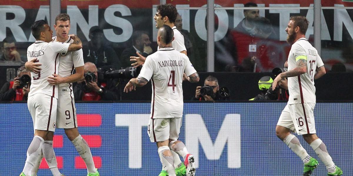 La Roma golea al Milán y aún sueña con el título