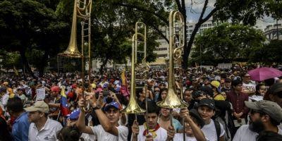 Cientos marchan con instrumentos musicales y contra la violencia en Venezuela