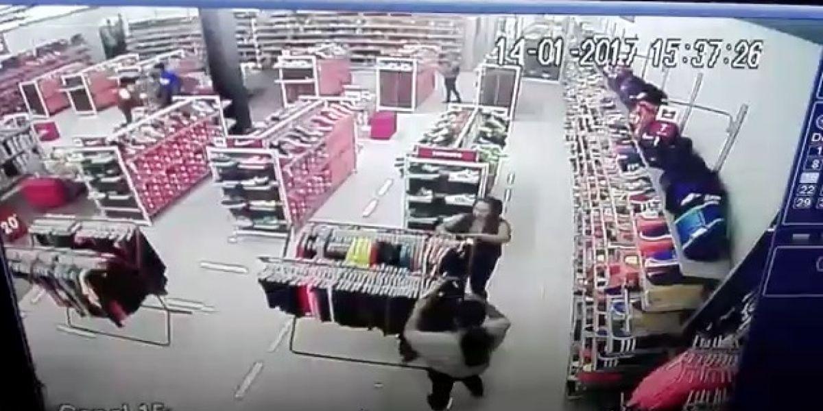 VIDEO. Captan a dos mujeres que han robado zapatos en varias tiendas de deportes