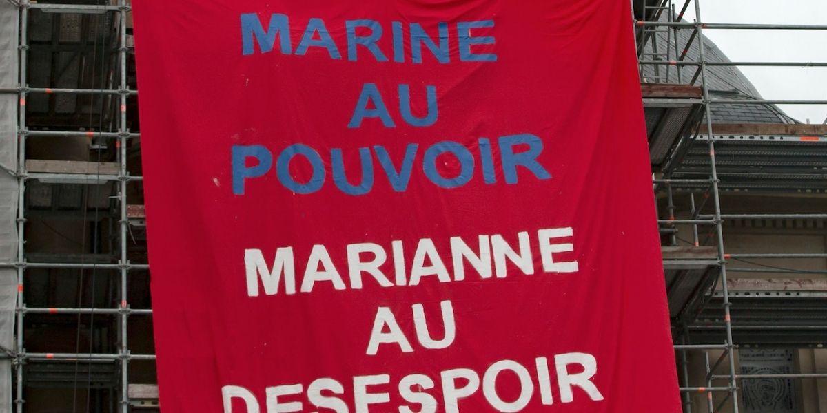Feministas protestan contra Marine Le Pen en casilla de votación