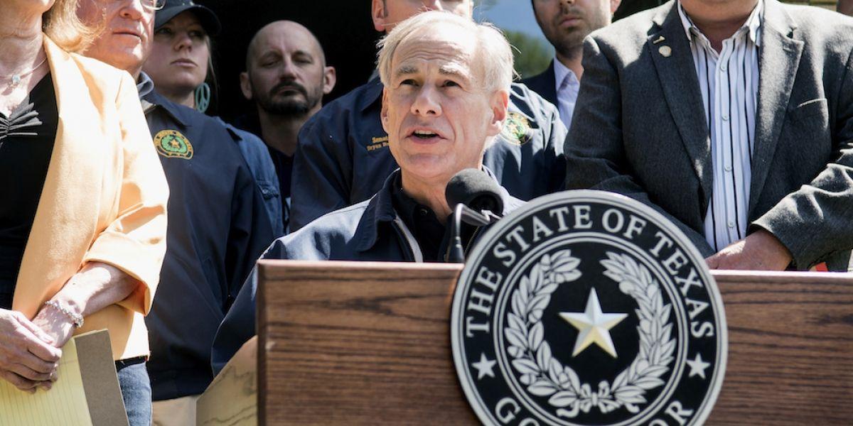 """Texas prohíbe las """"ciudades santuario"""" y autoriza el programa """"enséñame tus papeles"""""""