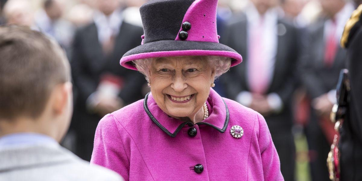 Reina Isabel II es captada conduciendo un Jaguar