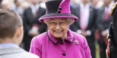 FOTOS | La reina Isabel conduce su Jaguar para ir a misa