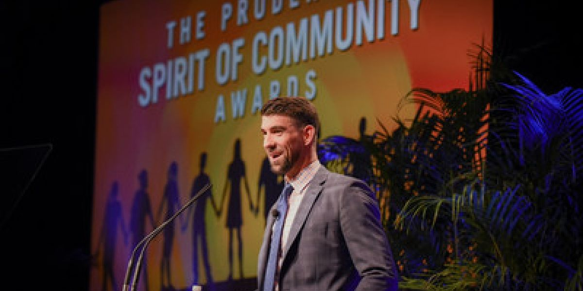Michael Phelps rinde tributo a 10 mejores voluntarios juveniles de EE.UU.