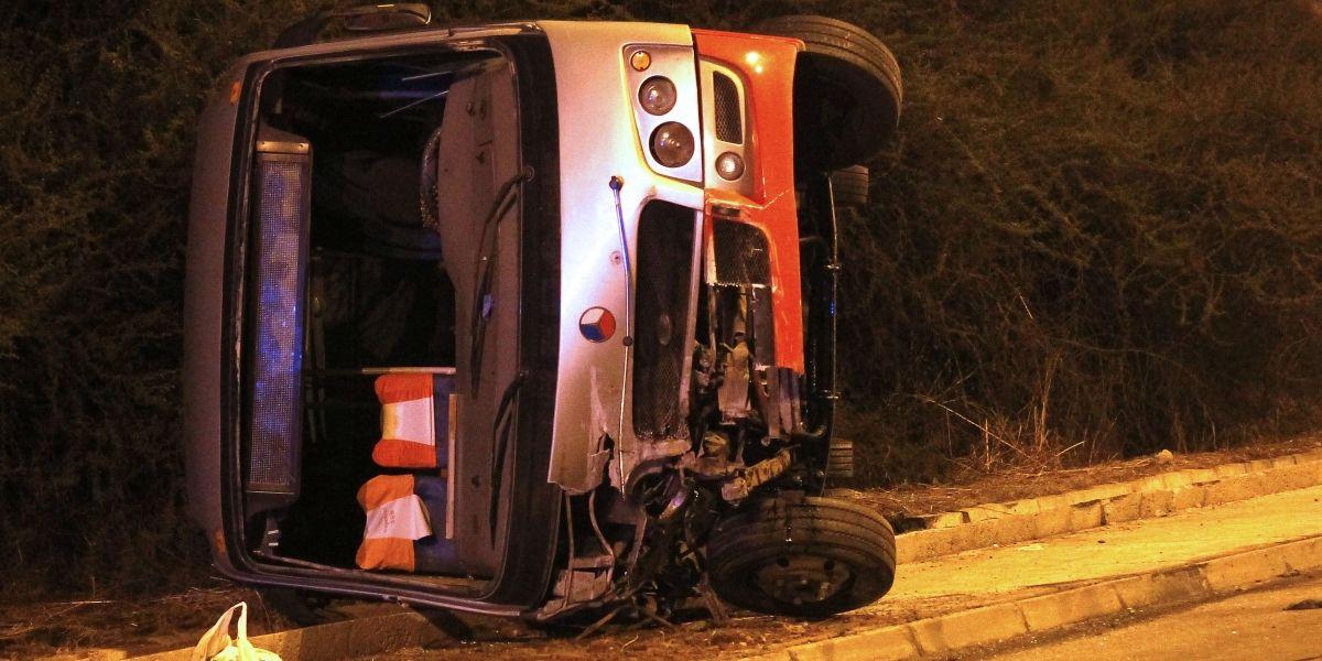 Fatal accidente tras volcamiento de microbús en camino que une Viña del Mar con Quilpué