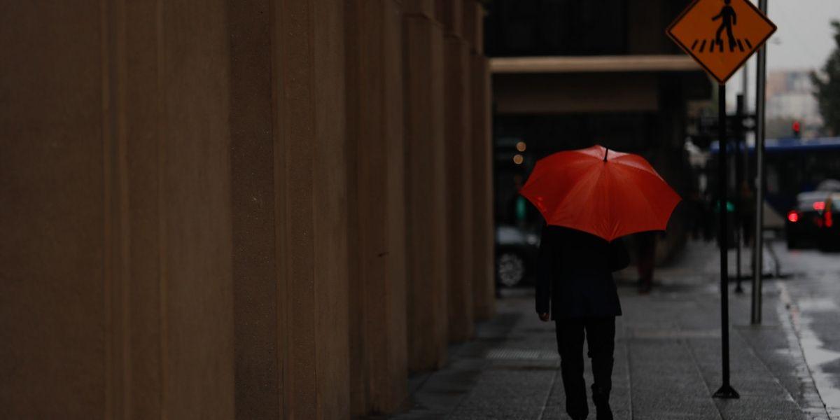 Lluvia provoca cortes de energía en distintas comunas de la Región Metropolitana